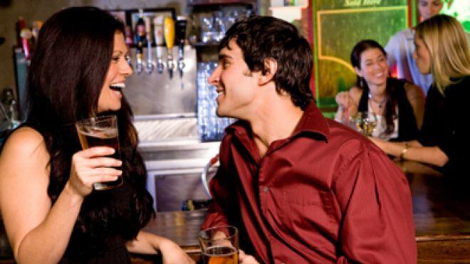 Cómo acercarse a una chica en un bar Major Dos y Donts for Guys