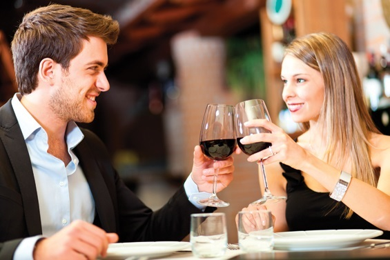mujer seduciendo en una cita